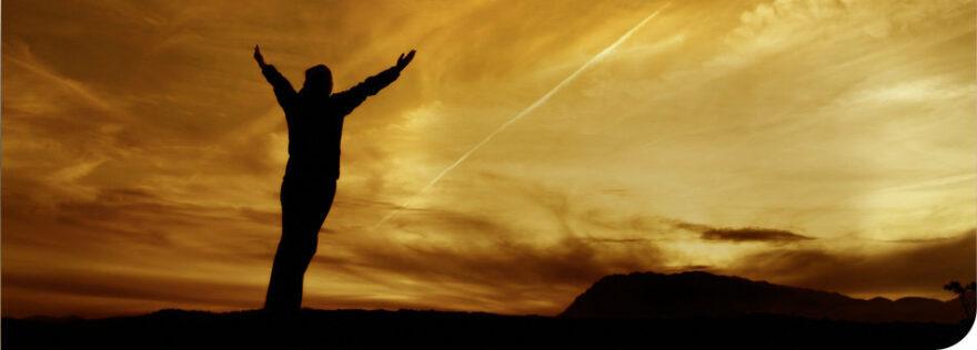 Mann streckt Hände zum Himmel aus Peaceful Warrior der DVD