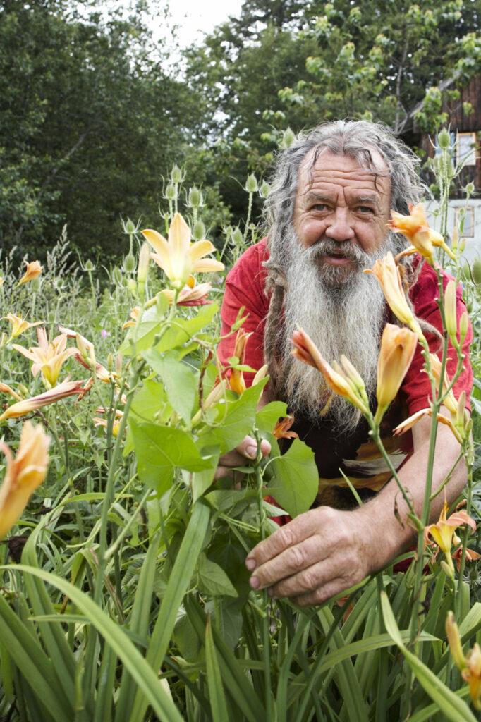 Wolf-Dieter Storl in seinem Garten